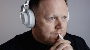 Tinnitus Betroffener macht bimodale Neurostimulation