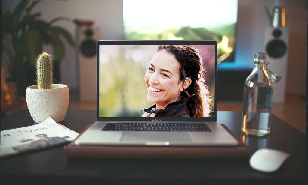 Lachende CI Trägerin auf Bildschirm